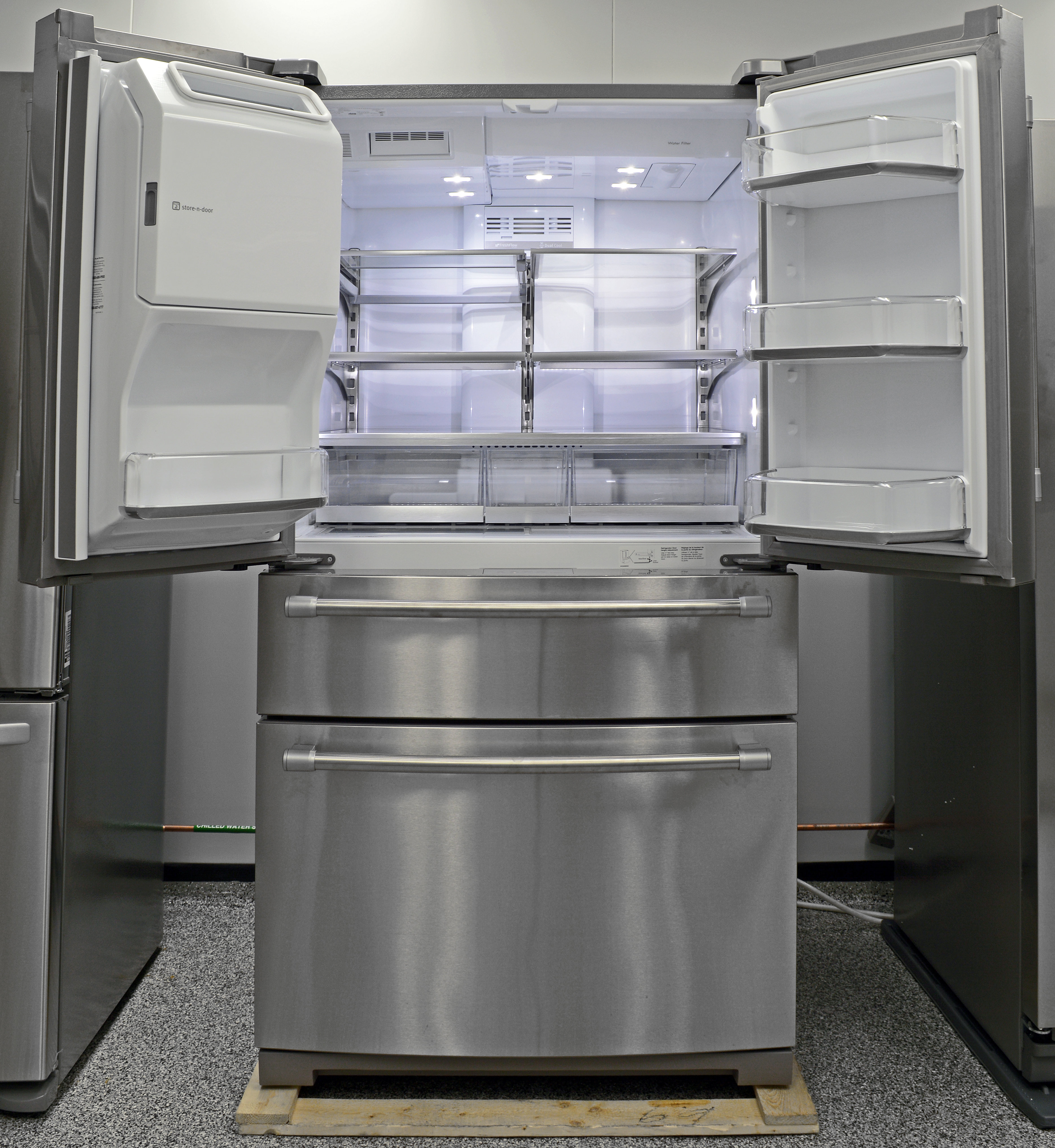 The Maytag MFX2876DRM has multiple drawers, stainless shelves, and spacious interiors—oh my!