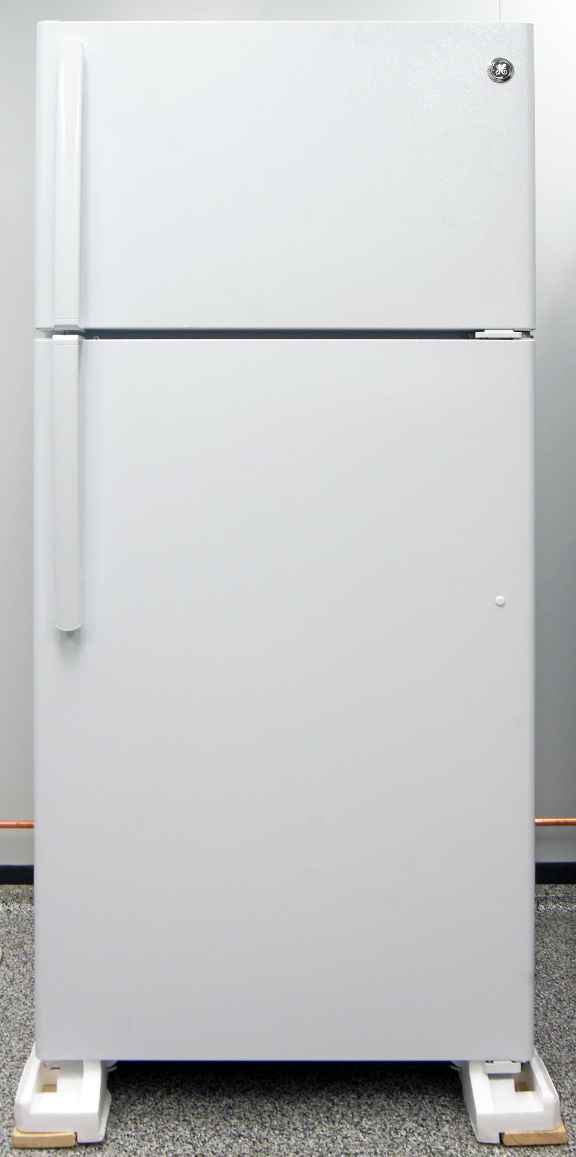 The GE GTS16DTHWW' is an unassuming white top freezer. Pretty straightforward.