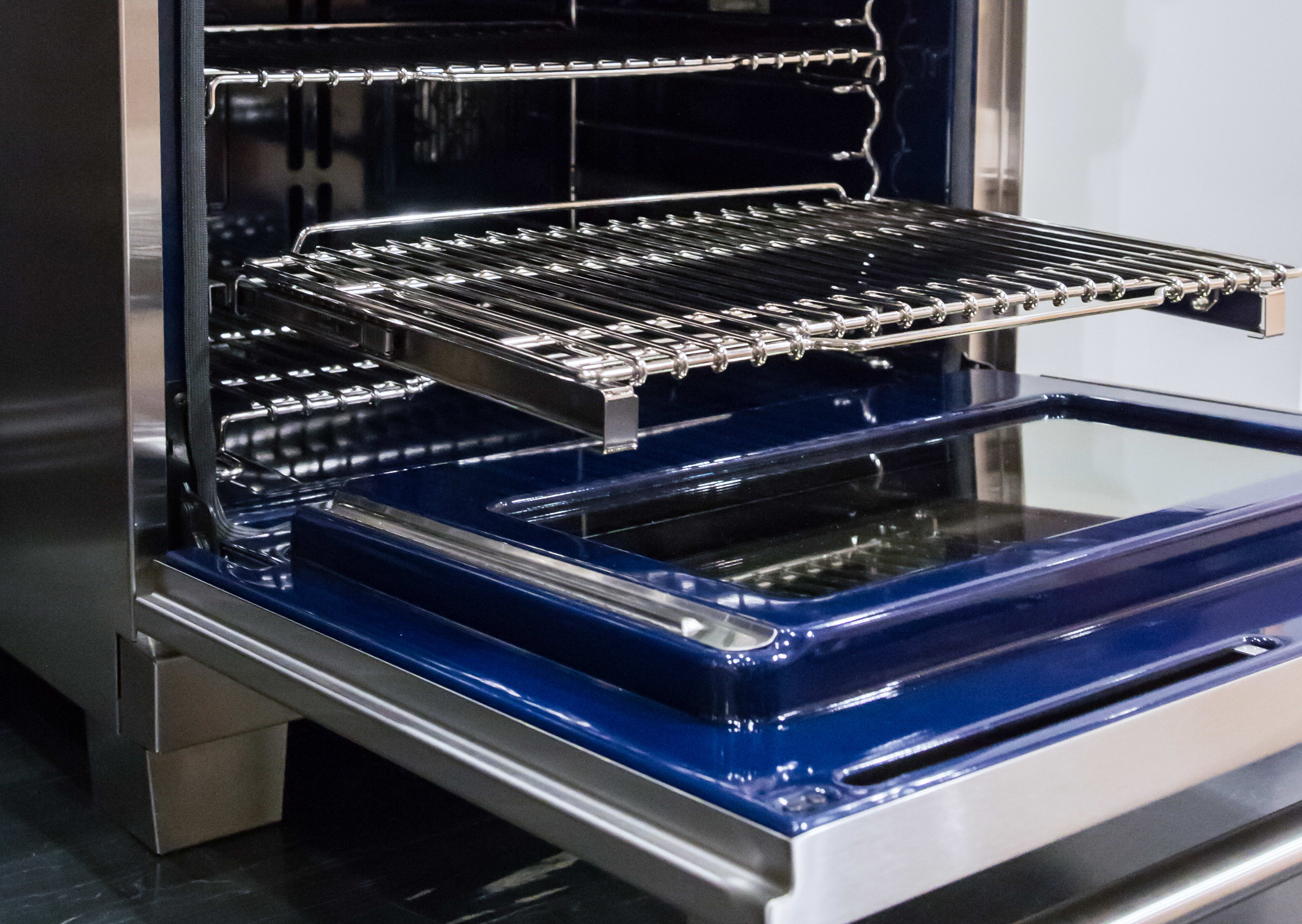 Oven cavity with gliding rack