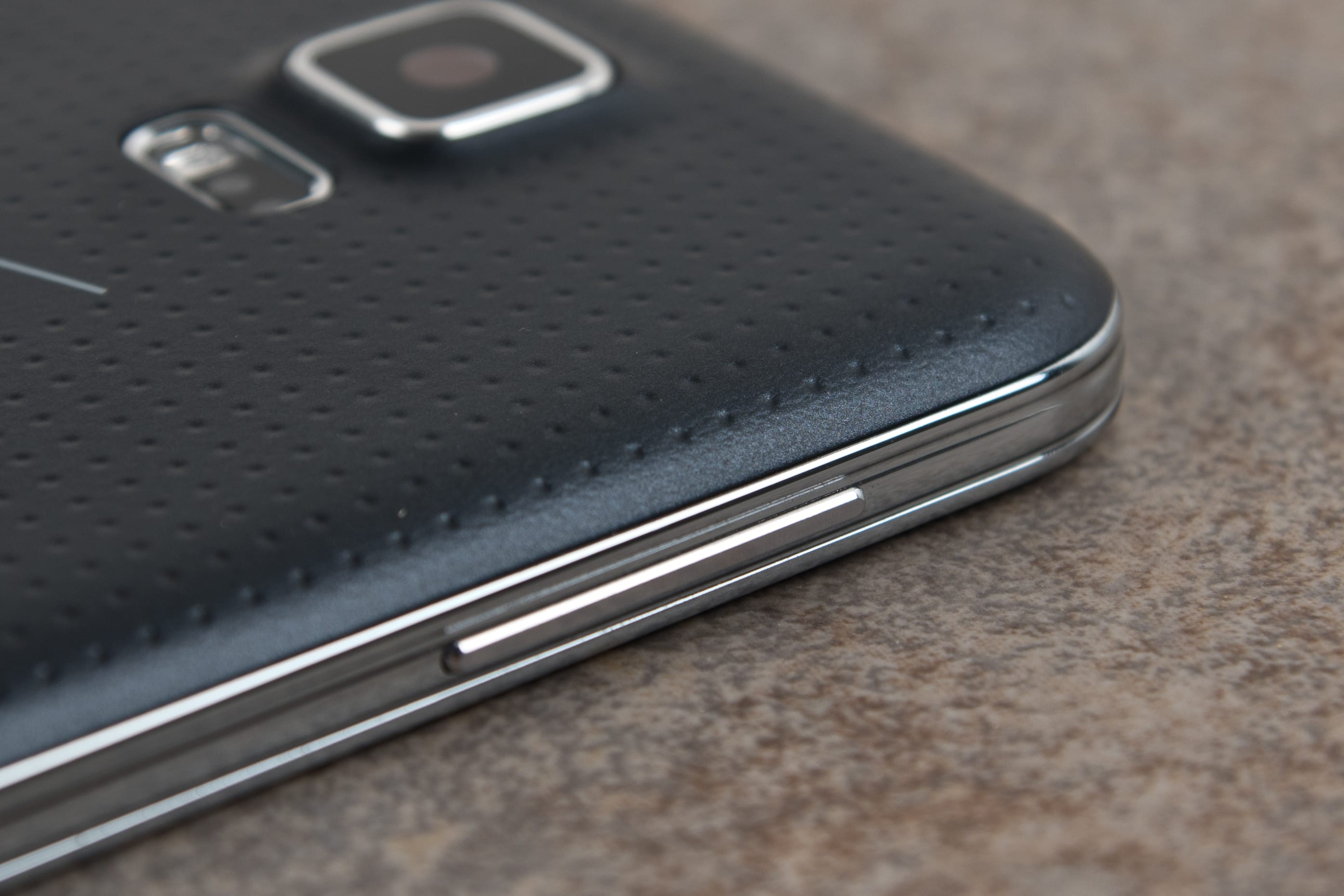 A picture of the Samsung Galaxy S5's volume rocker.