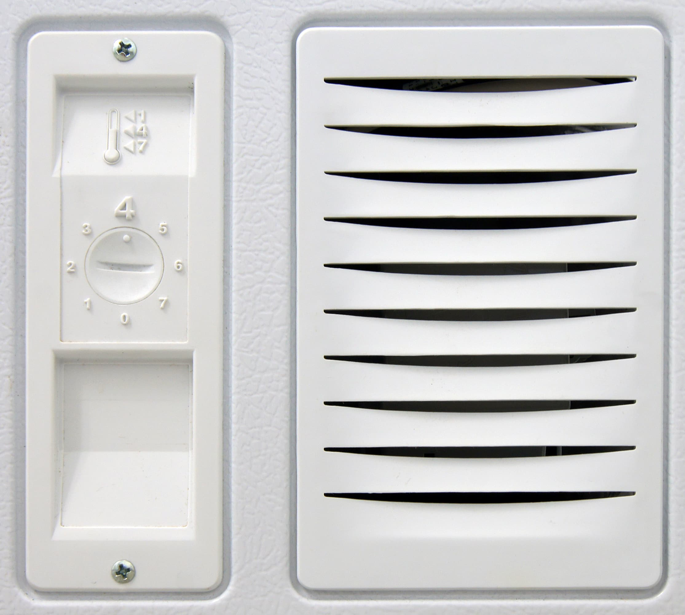 The Whirlpool EH151FXTQ's controls are quite difficult to turn—good if your freezer is in a high-traffic area. You'll need something flat like a coin to insert into the horizontal divot.