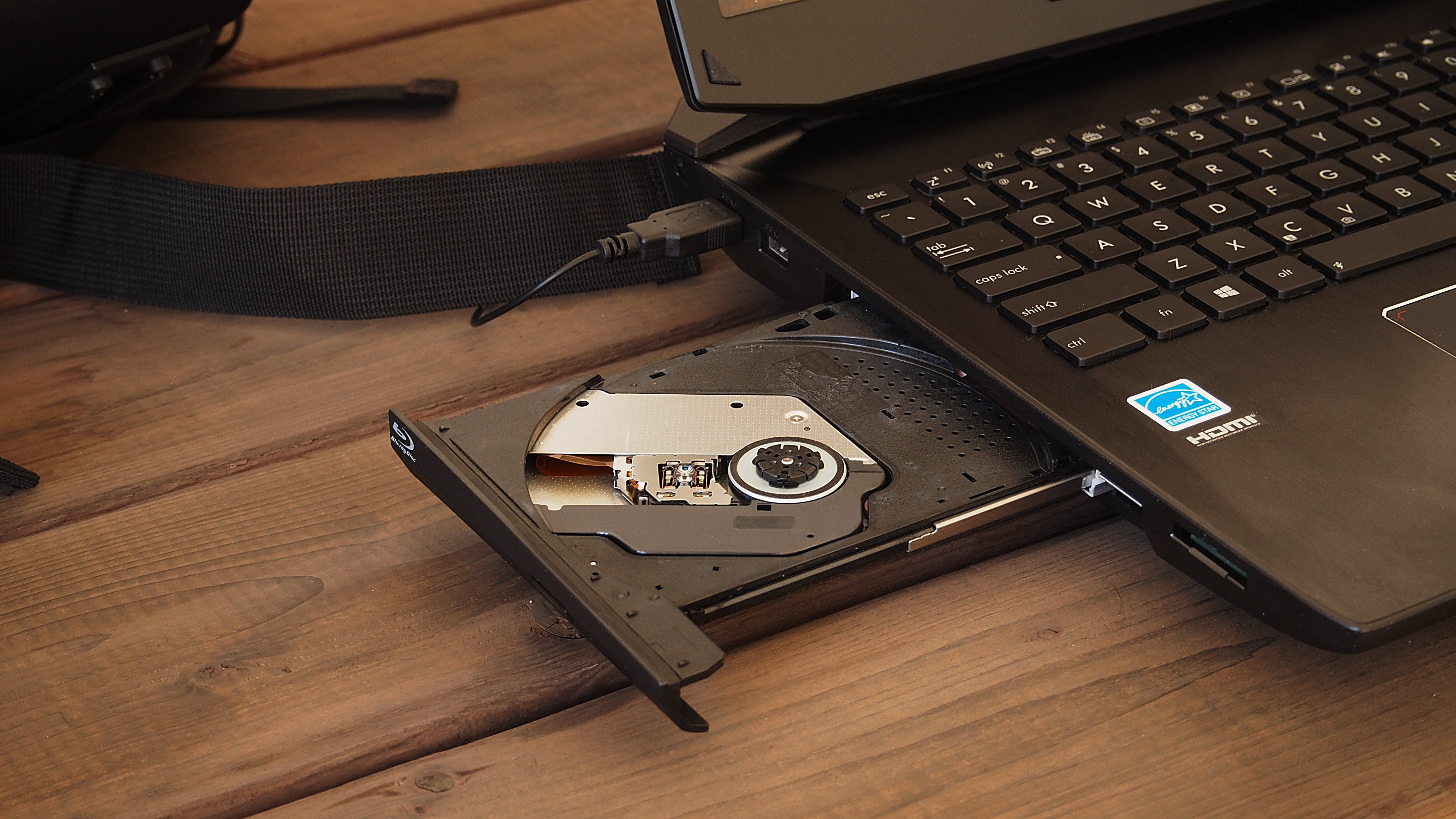 The left side of the G750JZ-XS72 has a Blu-ray drive, which both reads and writes.