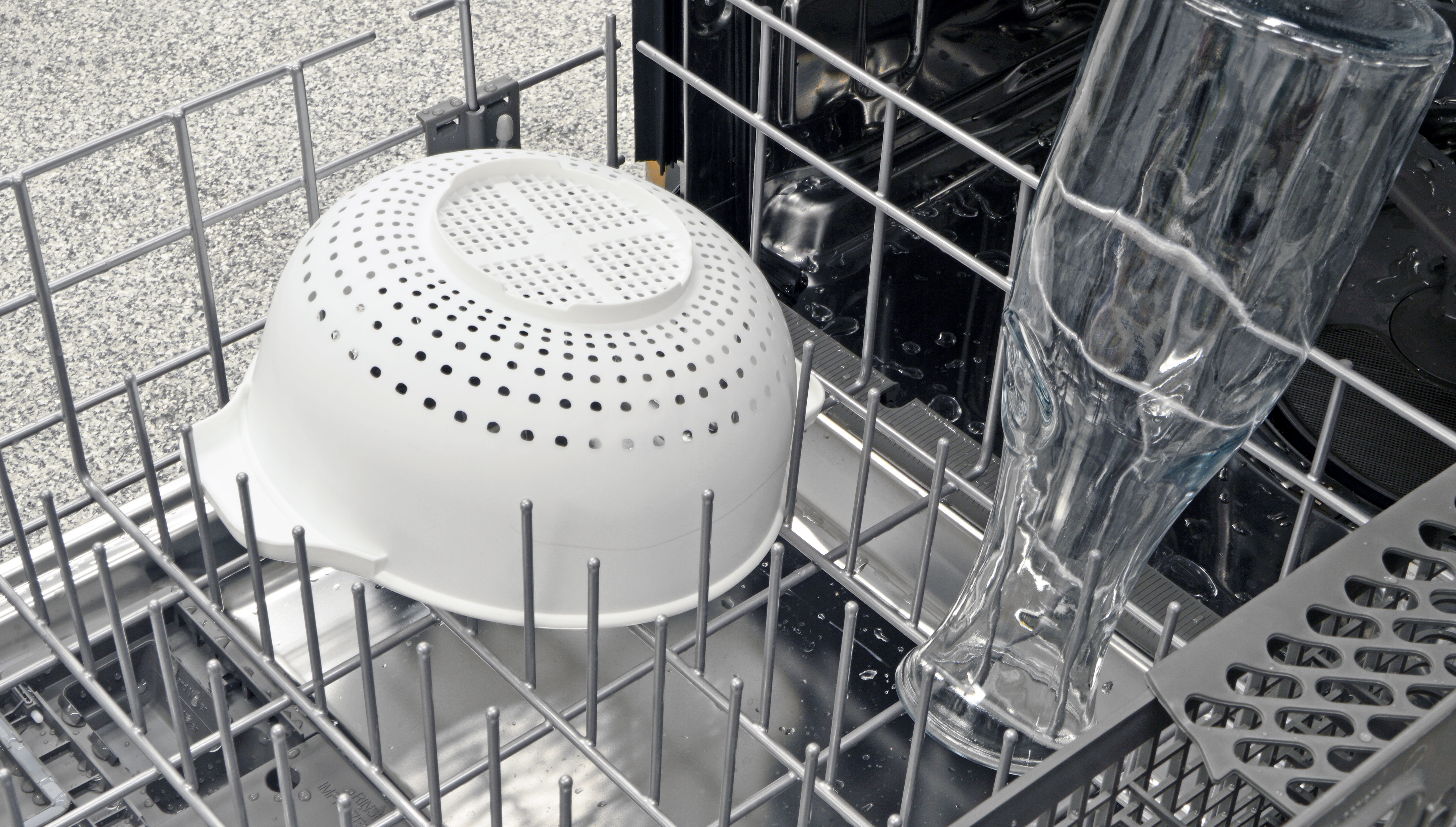With the IKEA Renlig IUD8555DX's one row of adjustable tines pointing up, there's no real convenient way to fit items as large as our colander.