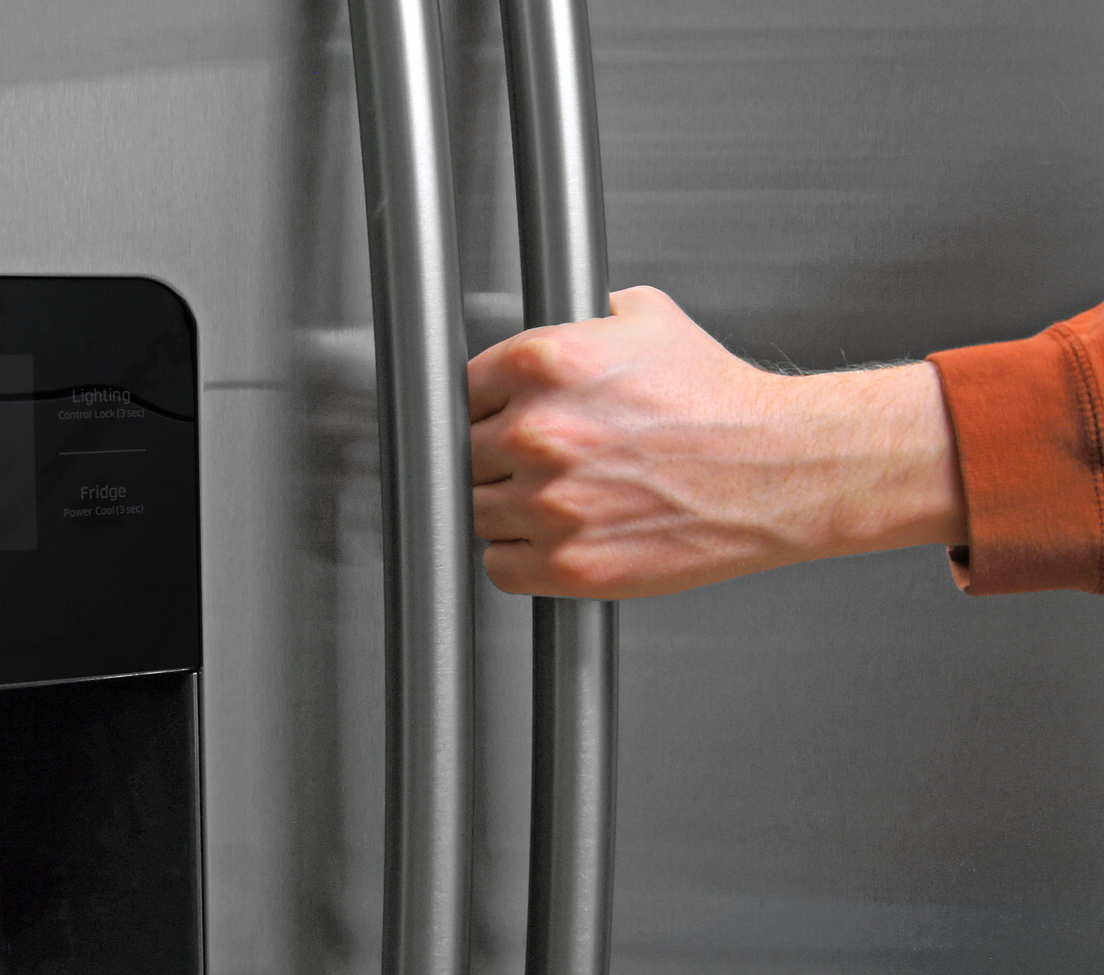 The Samsung RS25H5121SR's handles are smooth, rounded, and easy to grip.