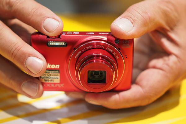 NIKON-S6800-HANDLING.jpg