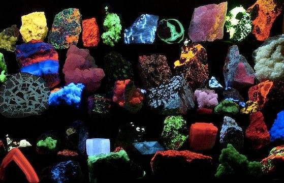 1024px-Fluorescent_minerals_hg.jpg